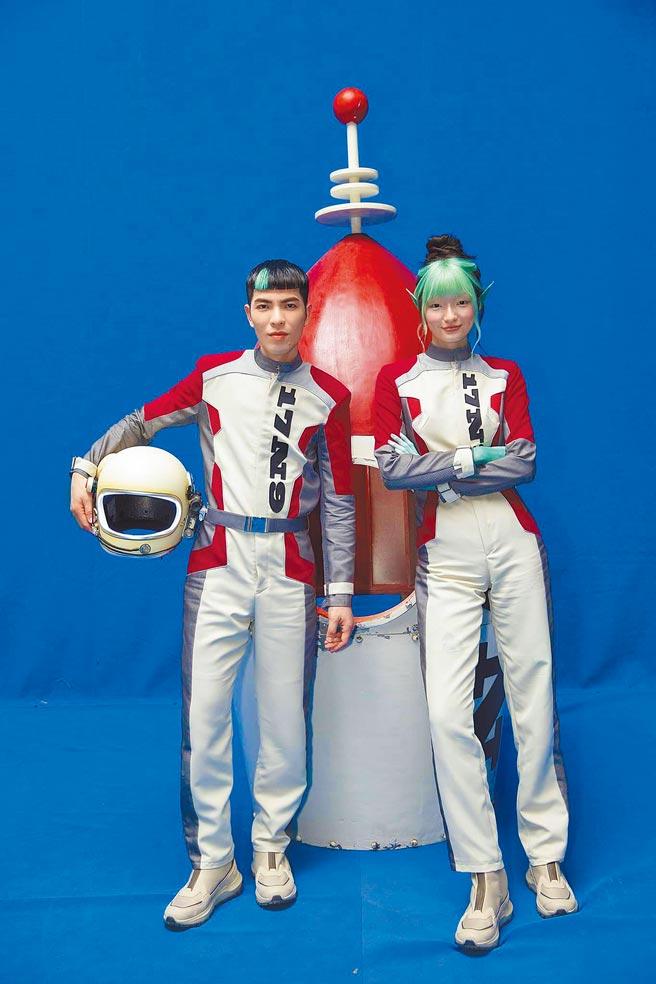 蕭敬騰在〈薩哈星球〉MV裡,打造外星球的愛情故事。(翻攝自蕭敬騰Jam Hsiao臉書)