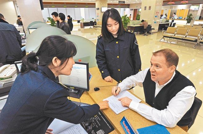 義烏市國際貿易服務中心辦事大廳,工作人員提供外貿諮詢服務。(新華社資料照片)