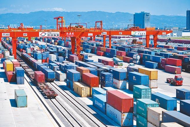 中歐班列在西安新築車站內裝卸貨箱。(新華社資料照片)