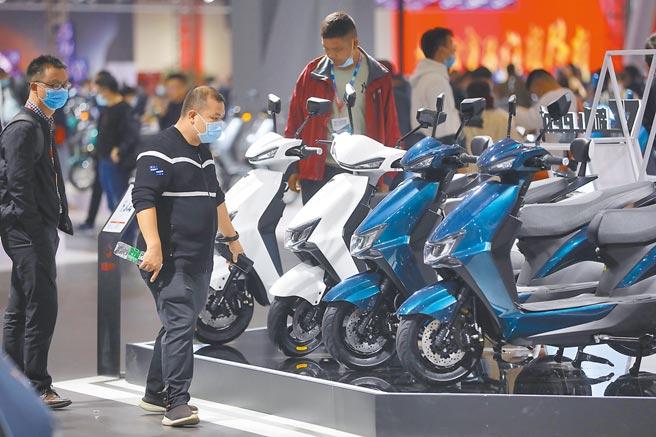 大陸民眾選購電動二輪車。(中新社資料照片)
