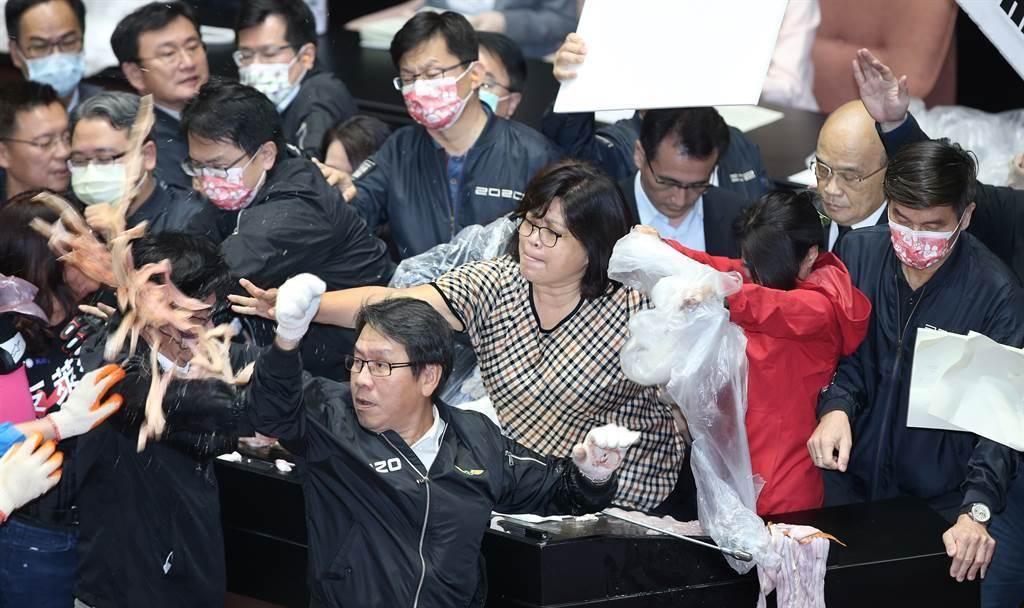 朝野為進口萊豬多次攻防。圖為蘇貞昌去年11月底赴立院接受質詢,國民黨丟豬內臟抗議。(圖為中時資料照)