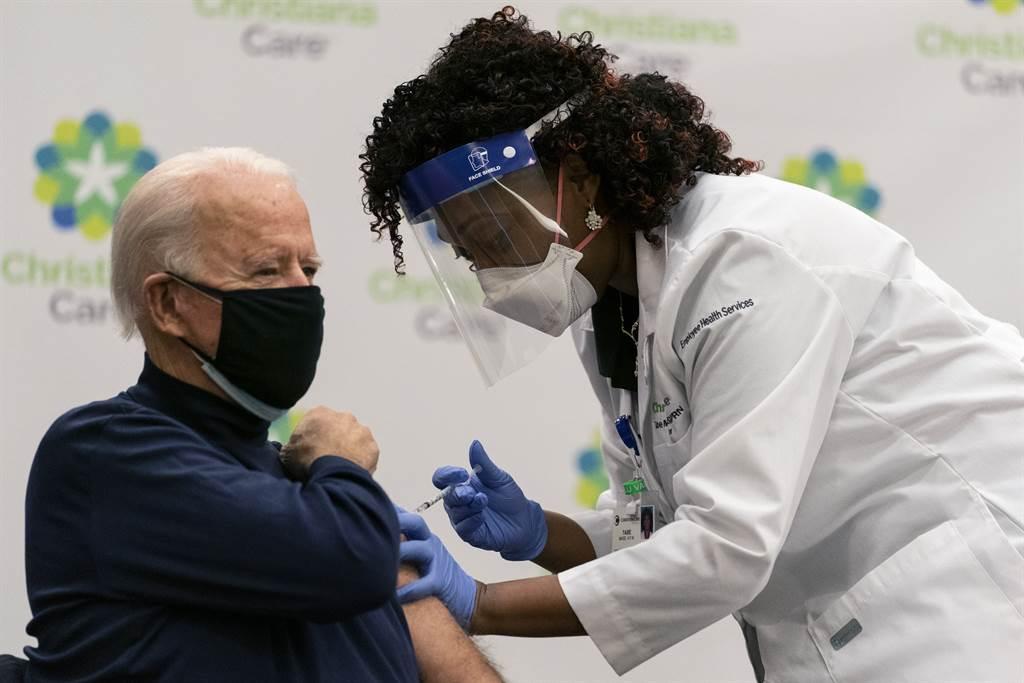 78歲的美國總統當選人拜登12月21日公開在德拉瓦州紐瓦克(Newark)接受第一劑新冠疫苗注射。(美聯社)