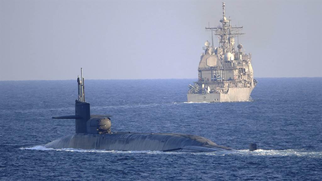 核動力導彈潛艦「喬治亞」號21日在提康德羅加級(Ticonderoga-class)飛彈巡洋艦「皇家港」號(USS Port Royal,CG 73)和菲律賓海號(USS Philippine Sea,CG 58,未見圖)護送下,穿越了荷莫茲海峽(The Strait of Hormuz)。(美國海軍)