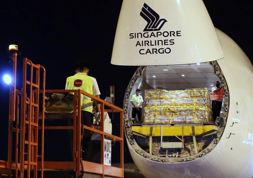 亚洲第一国 辉瑞疫苗运抵新加坡。图/路透(photo:ChinaTimes)