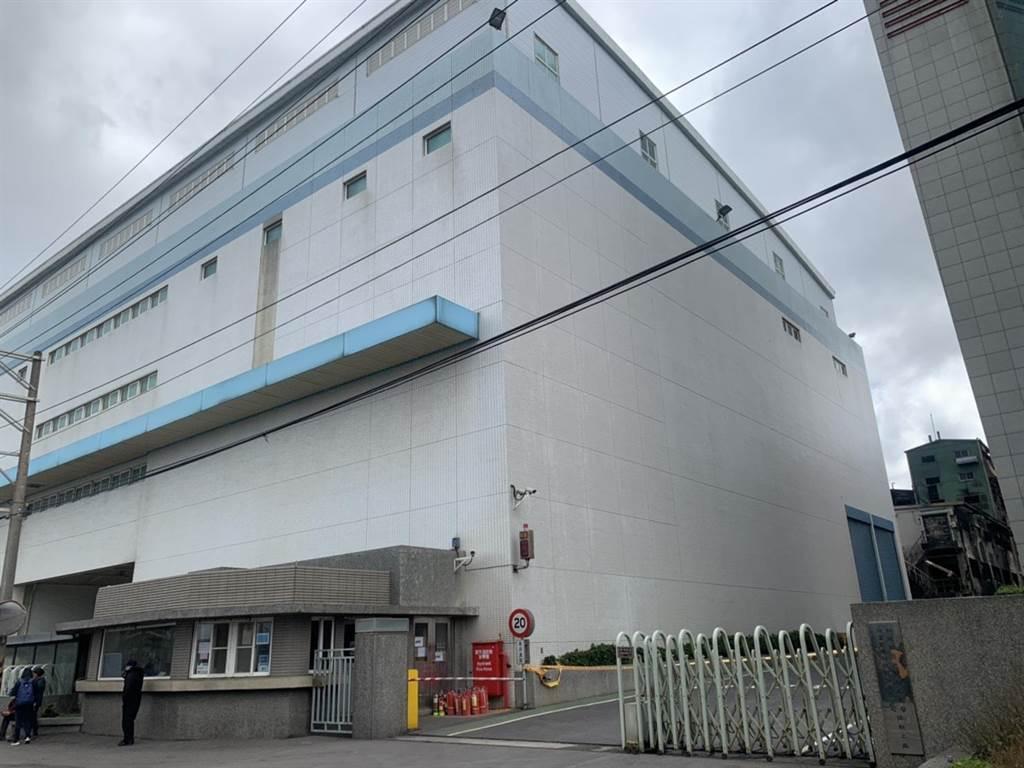 旭富製藥蘆竹廠警衛室後方大樓擺放著44種有毒化學物質,所幸大火並未波及此大樓。(姜霏攝)