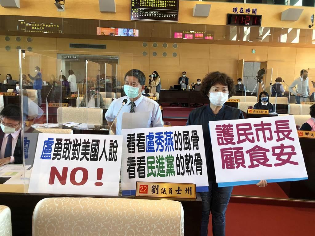 台中市議員劉士州(左)今天質詢指出,萊豬議題盧市長勇敢對美國人說NO!(陳世宗攝)
