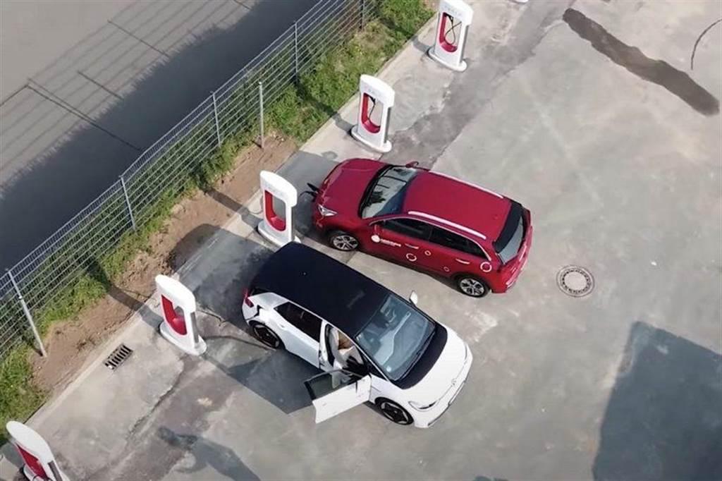 超充真要開放了?馬斯克坦承:已有其他電動車廠「低調」使用特斯拉超級充電站