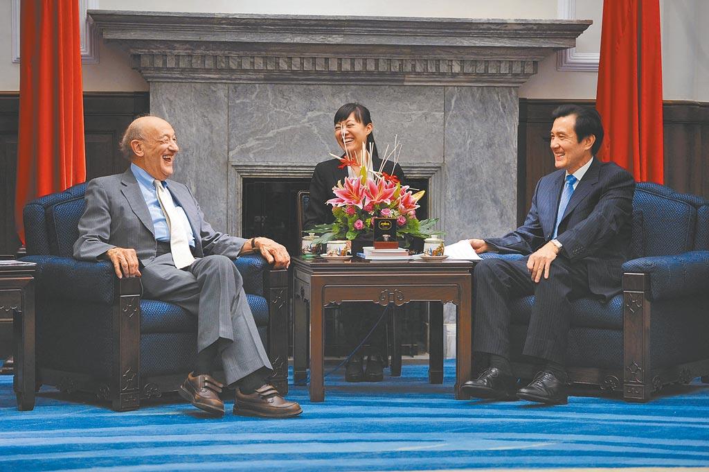 2012年6月,時任總統的馬英九接見美國哈佛大學榮譽教授傅高義。(中央社)