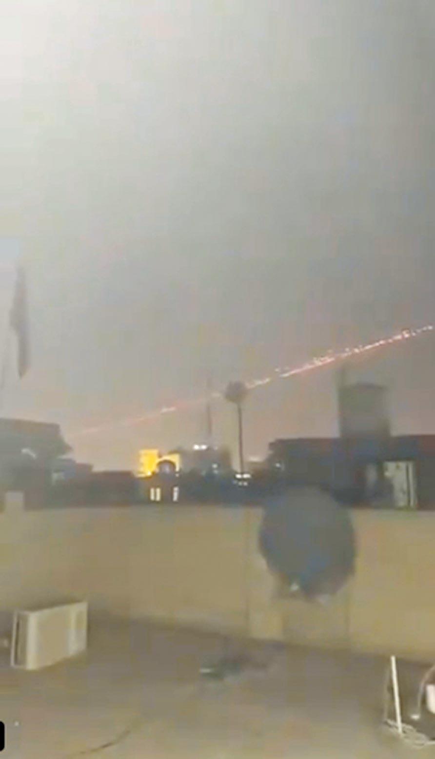 伊拉克人拍到的從大使館射出的攔截彈。(取自網路)