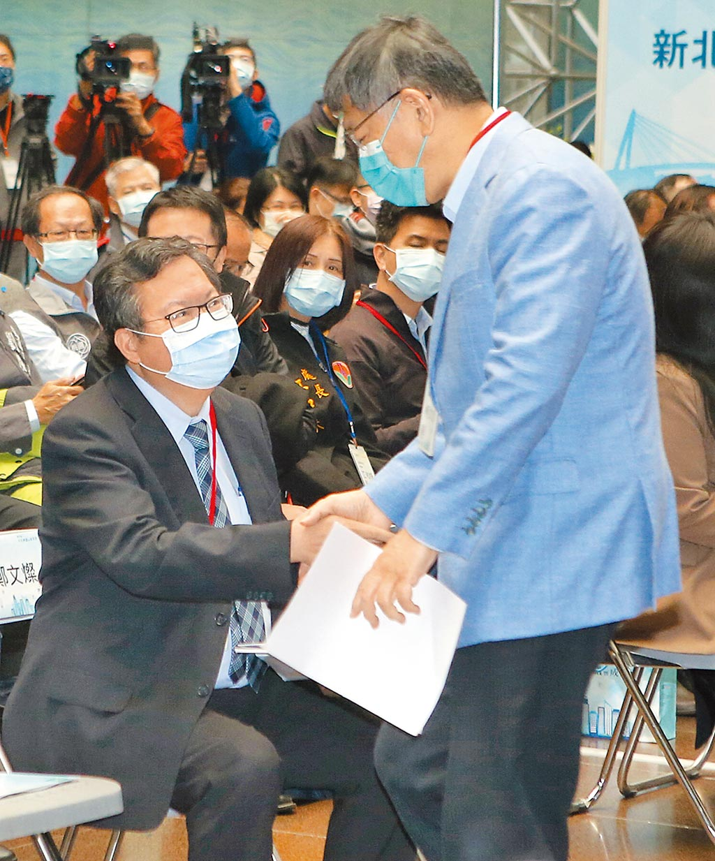 台北市長柯文哲(前右)和桃園市長鄭文燦(前左)21日出席北台區域發展推動委員會第17屆首長會議暨成果展,兩人一見面就握手致意。(趙雙傑攝)