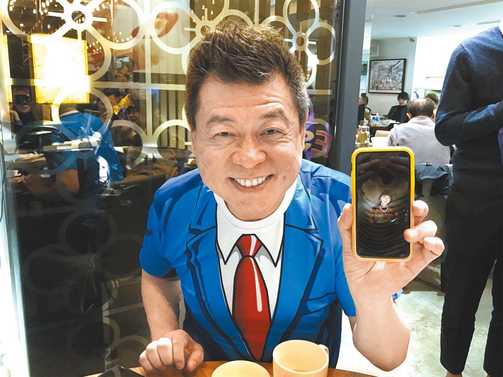 孫德榮在壽宴上開心秀出羅志祥的祝福影片。(林淑娟攝)