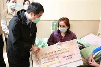 黃偉哲「大張支票」探望命危護理師  265萬善款卻遲到 社會局回應了