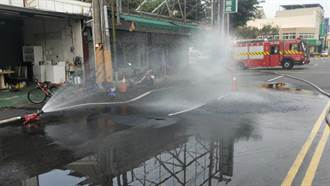 高市國昌路路面塌陷傳出瓦斯味 現場水霧稀釋中