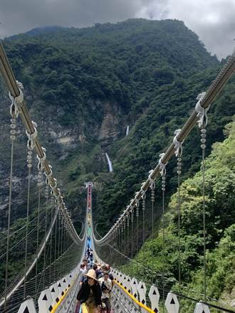 雙龍瀑布七彩吊橋明年改新制 每日入園提高到2000人