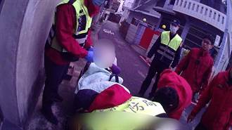 8旬老婦倒臥浴室受困 警消破門救援