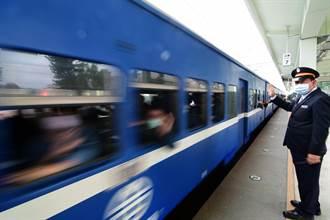 藍皮列車駛進台東 鐵道迷興奮又不捨