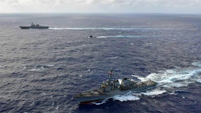 馬侃號、翡翠號與日向號一同在菲律賓海操演。(圖/取自美太平洋艦隊推特)