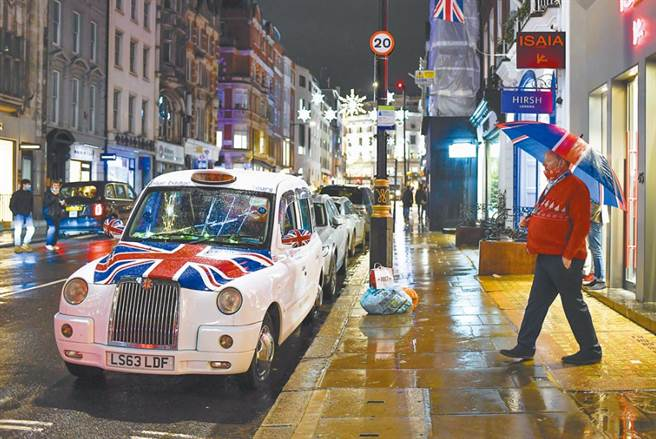 英國包括首都倫敦在內的英格蘭大部分地區,20日起實施最嚴格的「第4級」防疫。(美聯社)