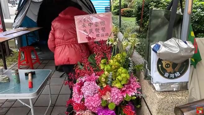 國民黨中常委沈智慧重回立院,韓國瑜贈花籃讚女中豪傑。(圖/摘自卿訴琳聲 來尬聊YouTube)