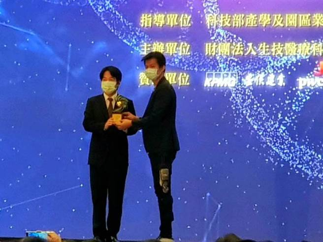 (福宝科技获国家新创奖,董事长巫震华(右)代表领奖。图/福宝提供)