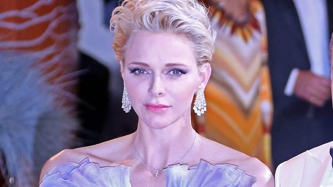 摩洛哥夏琳親王妃近日出席耶誕活動時,驚人的新髮型嚇壞眾人。(圖/達志影像)