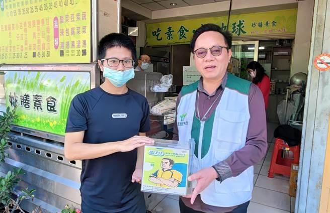彰化家扶中心主任王震光(右),今天也送上新的捐款箱,讓店家與民眾可以繼續做愛心。(家扶中心提供/吳建輝彰化傳真)
