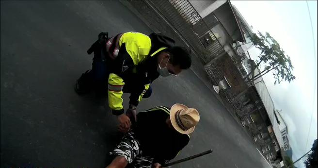 70歲阿公外出倒臥在住家前路邊,因土狗叫聲,引起警方注意發現阿公。(玉里警分局提供/王志偉花蓮傳真)