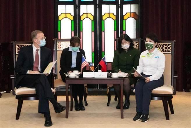 台中市长卢秀燕(右一)日前会见美国在台协会(AIT)台北办事处长郦英杰表达市民反对莱猪立场,精神科医师沈政男看好她的连任之路。(本报系资料照片)