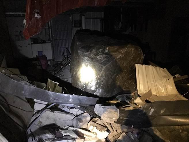 新北市瑞芳區21日晚上7點發生落石坍方,直徑約3公尺巨石直接砸進鐵皮屋。(翻攝照片/陳彩玲基隆傳真)
