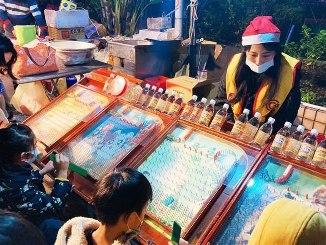 永庆房屋规划打弹珠活动,和社区住户们一同重温怀旧游戏的乐趣。(图/永庆房屋提供)