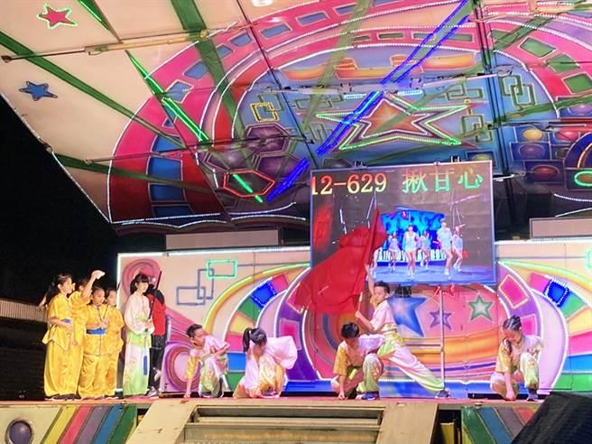 台北市万美里举办耶诞晚会,邀请辛亥国小带来精彩表演。(图/永庆房屋提供)