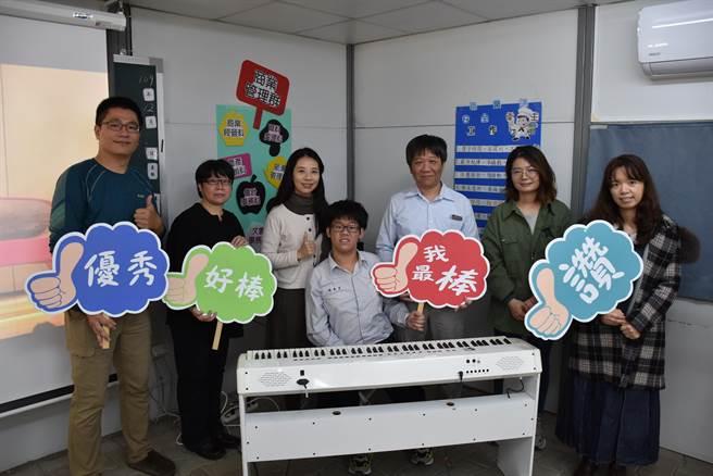 音樂老師江怡臻(左三)是陳秉彥音樂路上的重要幫手。(謝明俊攝)