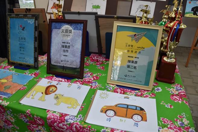 陳秉彥愛好畫畫,繪本連續3年獲得文化部的文薈獎。(謝明俊攝)