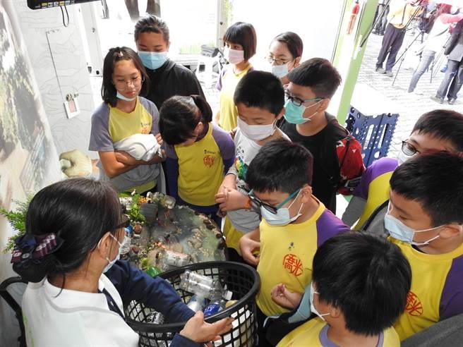 「慈济行动环保教育车」展期从即日起至26日,学生们透过身体力行,了解环保步骤和重要性。(南投县政府提供/黄立杰南投传真)