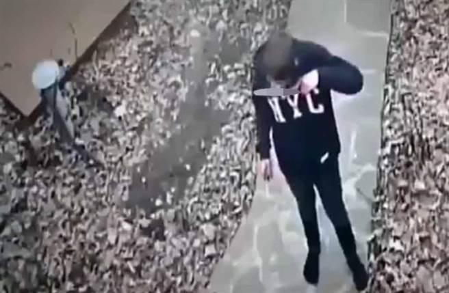 烏克蘭14歲少年砍殺阿姨與表弟後,竟「舔刀嚐血」還讚:很美味。(截自推特@gurbanellov1影片)