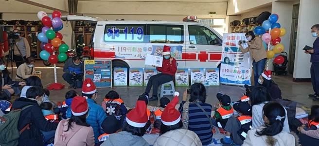 新竹縣消防局以119行動故事車宣導,邀請新竹市母語推廣協會客語團約30名親子共同參加,首度全客語宣導。(莊旻靜攝)