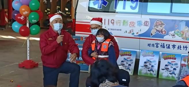 新竹縣消防局緊急救護科小隊長洪東秀(左),以客語教導異物梗塞排除。(莊旻靜攝)