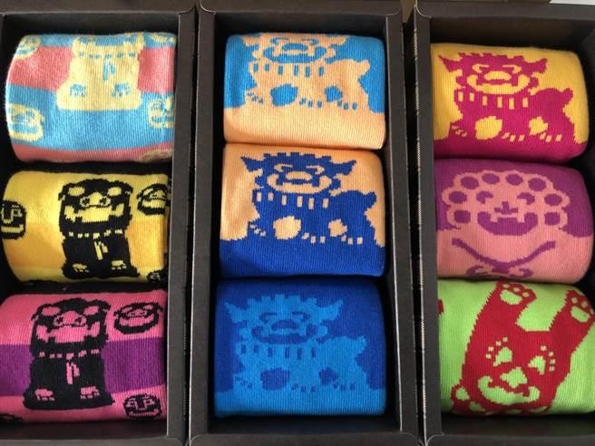 加入金門人文圖騰「風獅爺」等元素編織而成的「文創襪」,讓呂厝成為遊客慕名走訪的地方。(李金生攝)