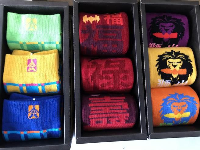 色彩豐富的文創襪,多樣圖案十分吸睛。(李金生攝)