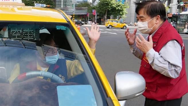 新北市交通局長鍾鳴時率員稽查大眾運輸系統,嚴防成為疫情破口。(新北市交通局提供)