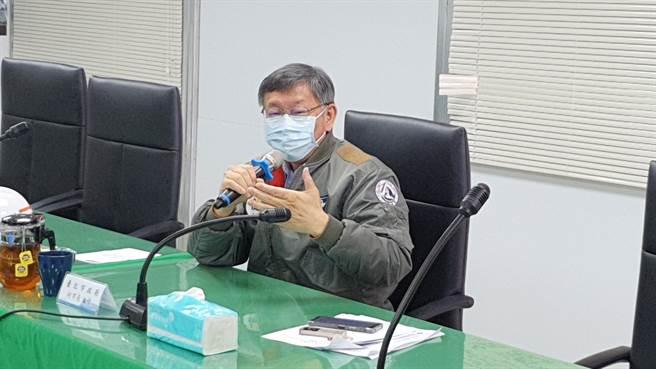 台北市長柯文哲今(22日)視導萬大線金城機廠工程進度,並感謝捷運局同仁的辛勞。(葉書宏攝)