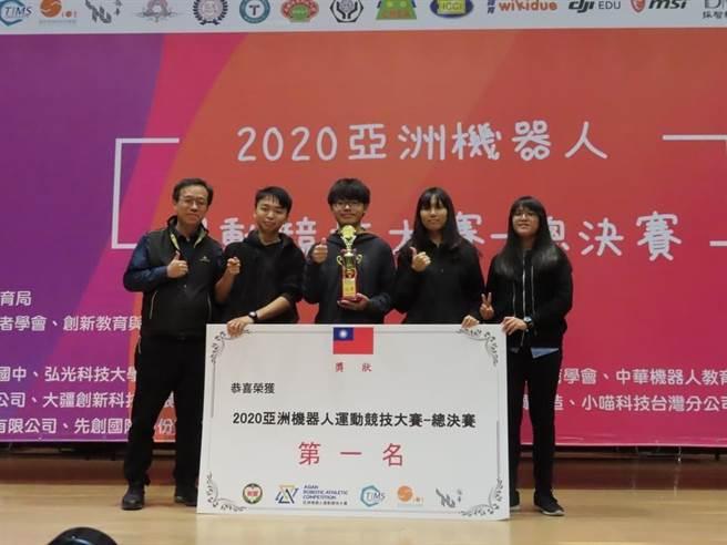 國立竹山高中學生,參加亞洲機器人競技大賽勇奪冠軍。(竹山高中提供/廖志晃南投傳真)
