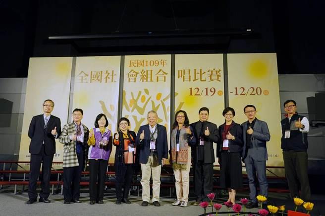 國立彰化生活美學館館長尹彙武(左一)為合唱比賽進行開幕儀式。(國立彰化生活美學館提供)