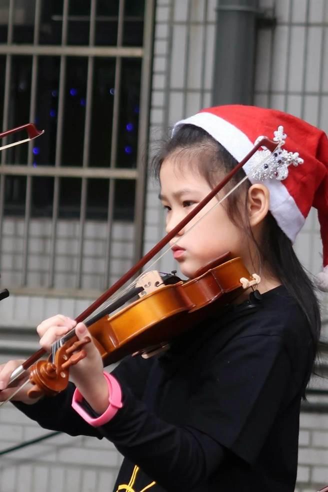 新北市秀朗國小為培養學生的國際素養及體現教育關懷的願景,特別規畫在今年的最後一個月,辦理歲末迎新感恩許願耶誕活動。(秀朗國小提供)