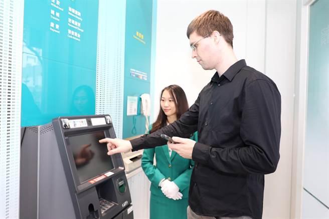 玉山銀行左營分行行員具備英語溝通能力,提供外籍顧客友善的雙語金融服務。(玉山提供)
