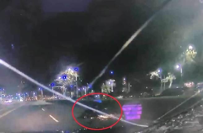 車輛撞擊後機車在地面滑行數十公尺,還噴出火花。(截自影片/民眾提供)