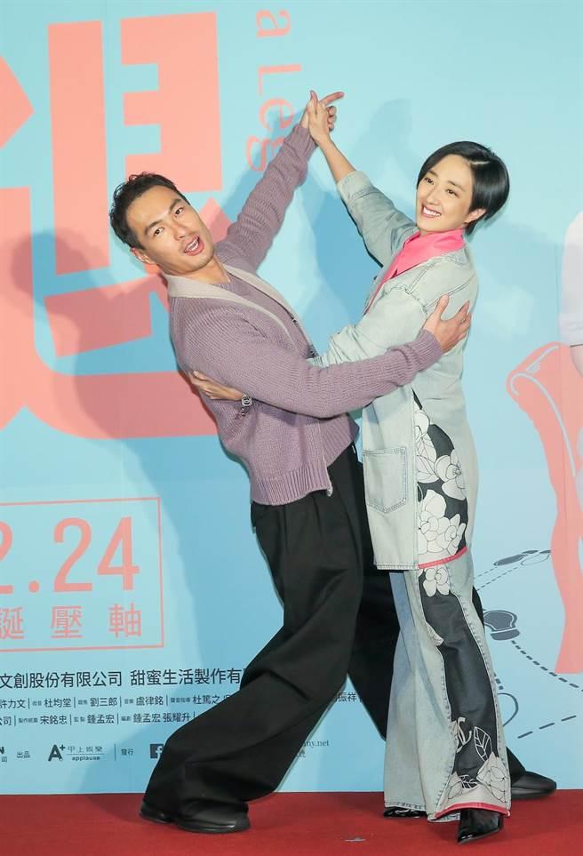 桂綸鎂與楊祐寧在首映會上示範片中的國標舞姿。(盧禕祺攝)