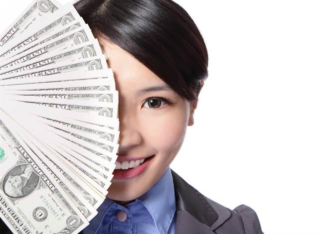 運勢命理網站「生肖運勢天天看」分享,生肖屬虎、龍、蛇、猴、狗的人年底求財順利,可以輕鬆大賺一筆。(示意圖/shutterstock)