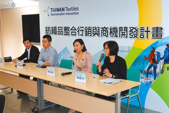 交流座談由紡拓會副秘書長楊曉琴(右)主持,與業者共同座談現場Q&A。圖/紡拓會提供
