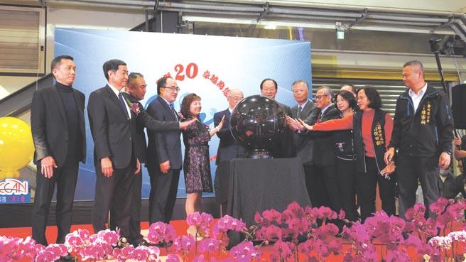 歐群科技公司董事長廖月照(左五)、經濟部工業局長呂正華(左四)。圖/業者提供
